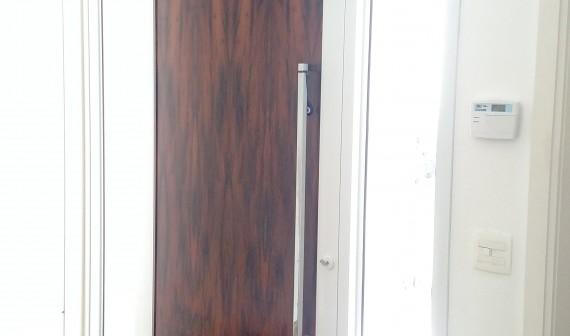 Porta pivotante com placa central em madeira